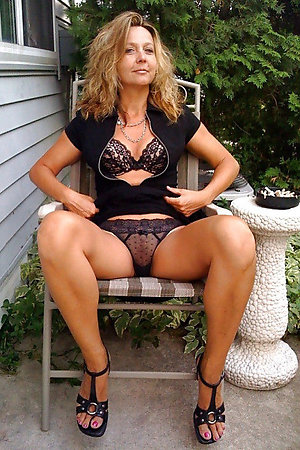 Sexy outdoor nude older women pics