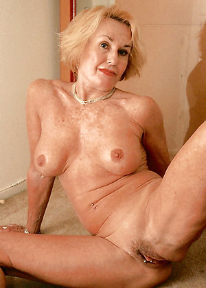 Sexy Zoey naked mature lady amateur pics