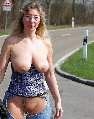 Slutty mature huge tits pics