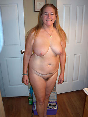 Amateur naked full-grown housewife