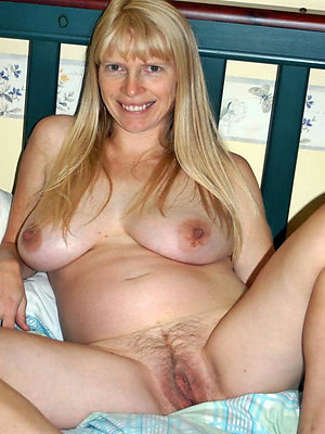 Nude sexy blonde lady