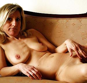 Nude mature mom masturbates pics