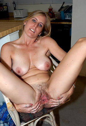 Slutty mature milf walk out on 40