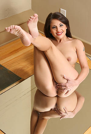 Grown up legs with an increment of feet with an increment of pussy pics