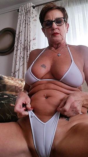Beautiful mature woman bikini pussy pic
