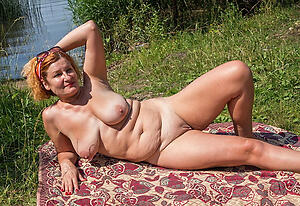 Gorgeous mature women outdoors naked pics