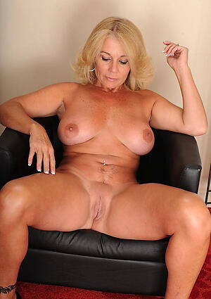 Beautiful naked amateur mam