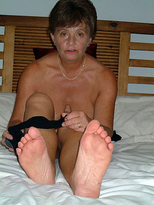 Pretty sexy mature slut feet