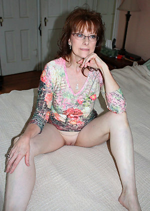 Naked mature women in glasses porn pics